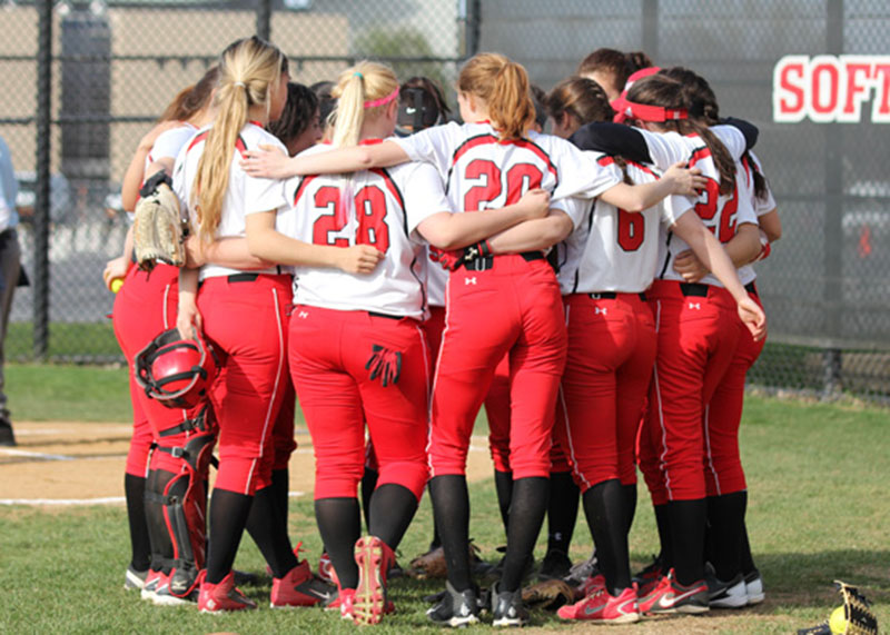 The+Girls+Varsity+Softball+team+huddles+before+the+start+of+the+1st+inning.