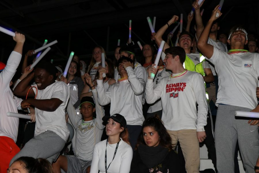 Senior+class+wears+white+to+show+off+their+school+spirt+at+pep+assembly.