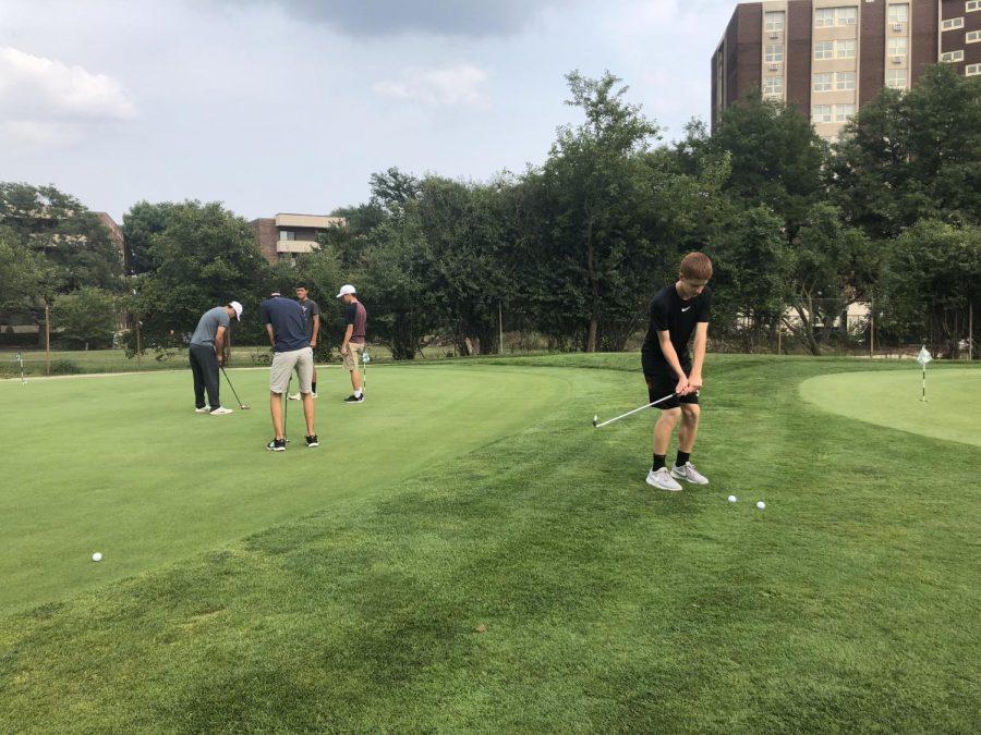 Varsity+boys+golf+team+practices+puts+on+the+green.+