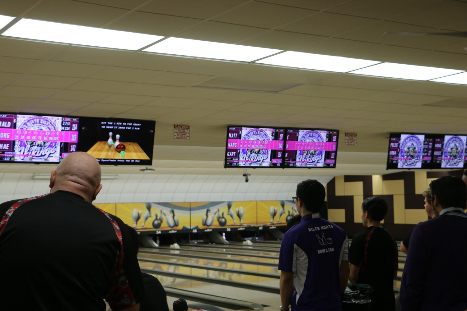 The+Niles+West+bowling+team+checking+the+scoreboard+to+see+who%27s+in+the+lead.+