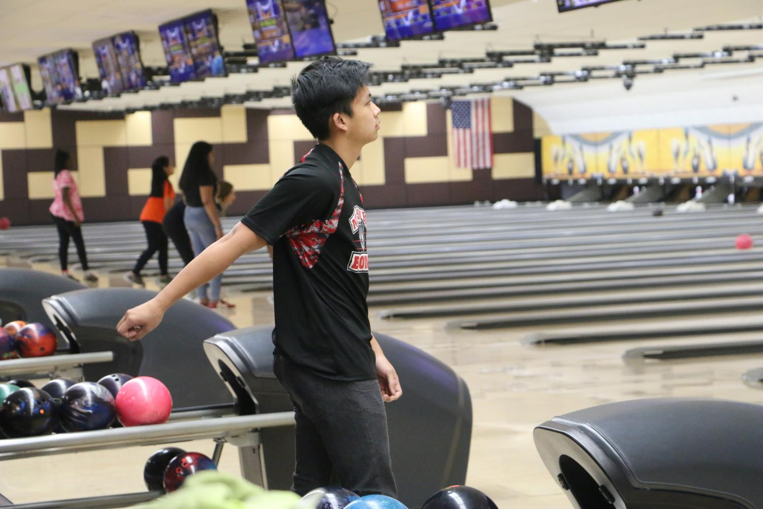 Player+for+the+Niles+West+bowling+team+glancing+a+the+score+board.+
