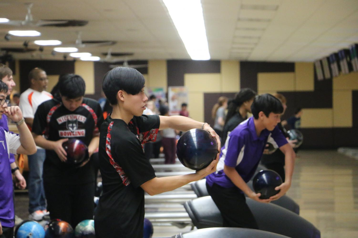 Senior+Robbie+Calalay+ready+to+roll+the+bowling+ball.+