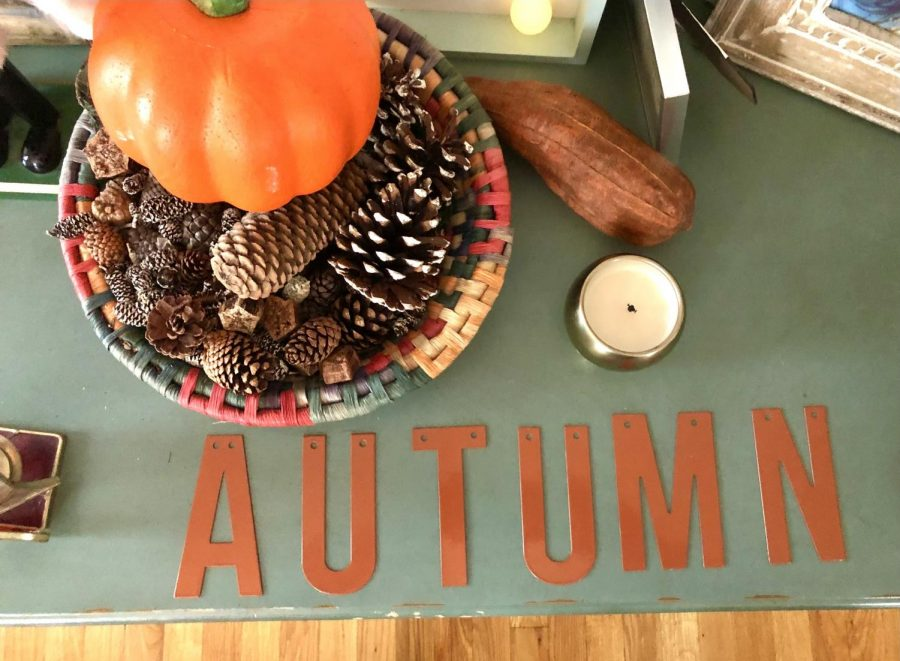 Basket full of acorns and pumpkins giving the table an ultimate fall vibe.